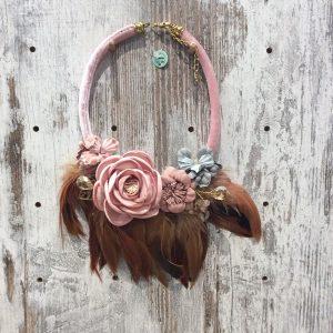 Collar corto plumas y flores artesano