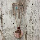 Collar corto cordon circulo madera resina