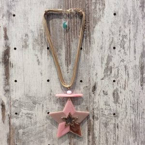 Collar corto estrella resina